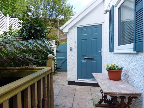 ROSE COTTAGE, quirky and full of antiques, en-suite, lawned garden, pet-friendly, in Penzance, Ref 932622 - Image 1 - Penzance - rentals