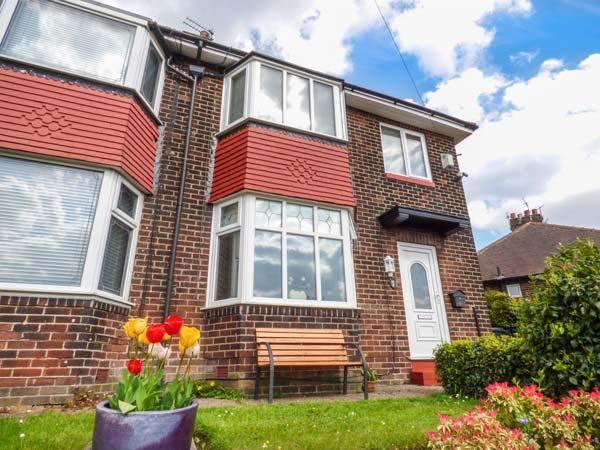 RED GATE, semi-detached, open fire, private garden, conservatory, nr Manchester, Ref 935258 - Image 1 - Manchester - rentals