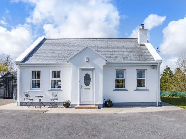 CHURCH VIEW, single-storey country cottage, multi-fuel stove, garden, ideal touring base, Newport Ref 936671 - Image 1 - Roscahill - rentals