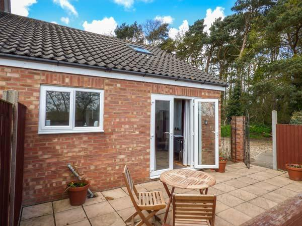 HIGHFIELD, one bedroom romantic cottage, pet-friendly, private patio, WiFi, nr Cromer Ref 937615 - Image 1 - Cromer - rentals