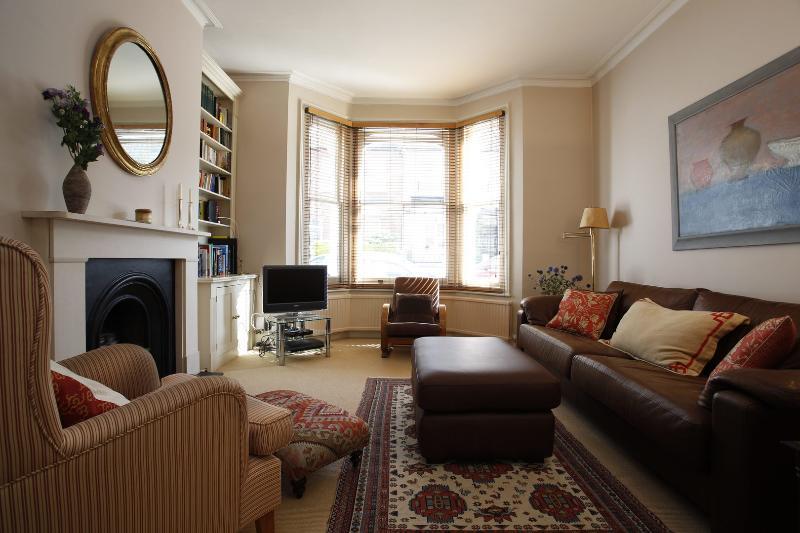 2 Bedroom House with garden, Lillian Rd, Barnes - Image 1 - London - rentals