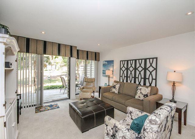 Greens 102, 2 Bedroom, Large Pool, Golf View, Walk to Beach, Sleeps 6 - Image 1 - Hilton Head - rentals