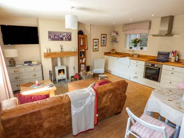 PUDDLE DUCK COTTAGE, mid-terrace, romantic,woodburner, WiFi, in Swainby, Stokesley, Ref 929402 - Image 1 - Stokesley - rentals