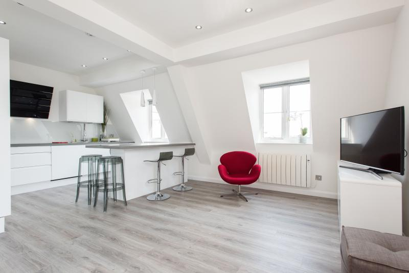 uberlondonapartments - Living room and open plan kitchen - Brand New! 3 bedroom apartment SOHO - London - rentals