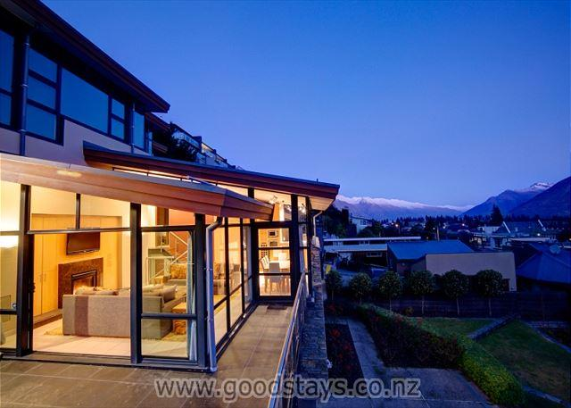 Beautiful contemporary alpine home + garden, steps from downtown, views! - Image 1 - Queenstown - rentals