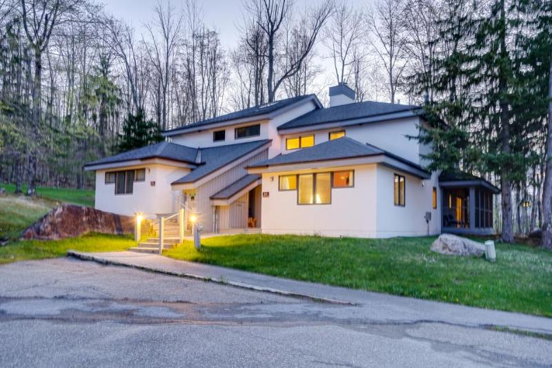 Updated condo close to 2 ski resorts with a shared pool, hot tub, gym, and more! - Image 1 - Killington - rentals