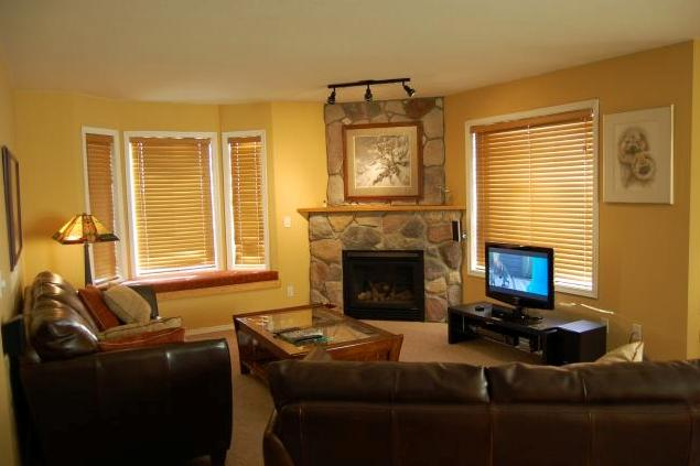 Spacious living area - Big White Chateau on the Ridge 2 Bedroom + Den Condo - Big White - rentals