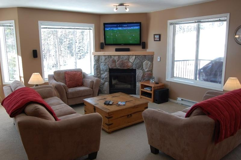 Comfortable and spacious living area - Big White Chateau on the Ridge 4 Bedroom Condo - Big White - rentals