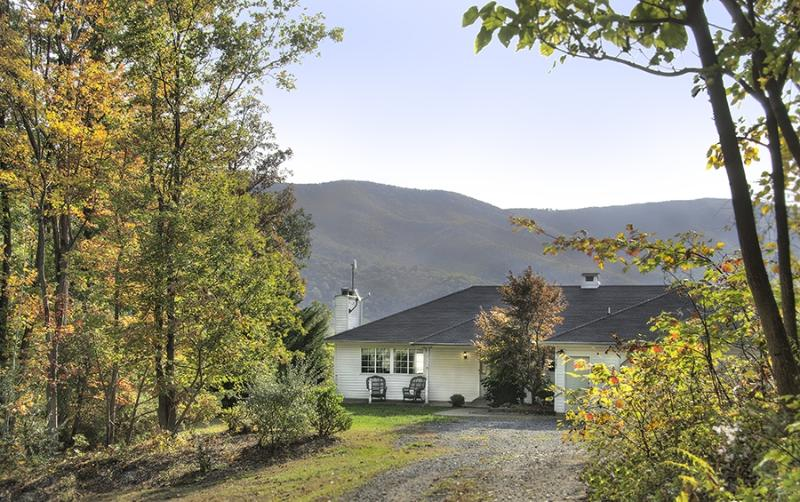 Sunridge Retreat with Blue Ridge Mountains behind - Sunridge Retreat in Shenandoah Woods - Luray - rentals