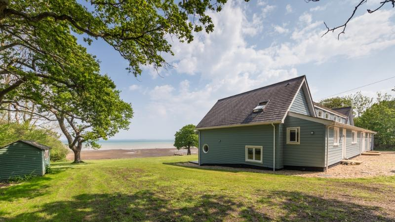 House On The Beach located in Fishbourne, Isle Of Wight - Image 1 - World - rentals