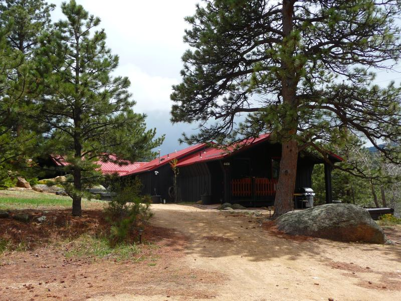 One acre property, walk to town, 5 mins. to national park. - The Bunkhouse at Old Man Mountain - Walk to town! - Estes Park - rentals