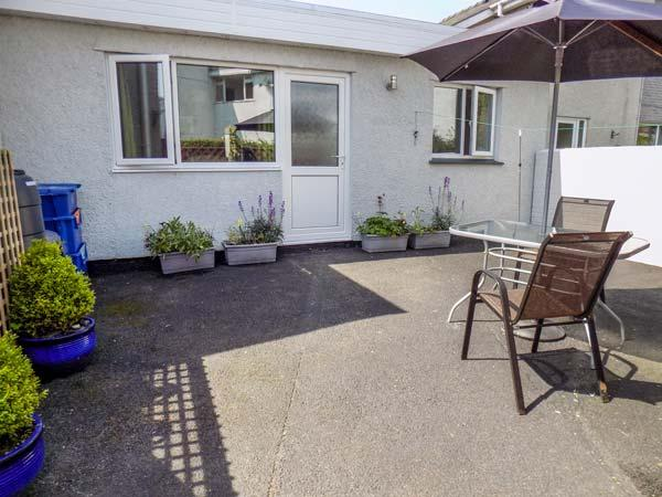 HAFAN BACH, cosy, single-storey bungalow, WiFi, off road parking, enclosed patio, in Llanbedrog, Ref 917623 - Image 1 - Llanbedrog - rentals