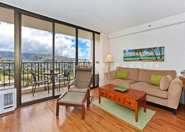 Mountain view deluxe vacation rental, AC, close to beach, WiFi, pool, parking - Image 1 - Waikiki - rentals
