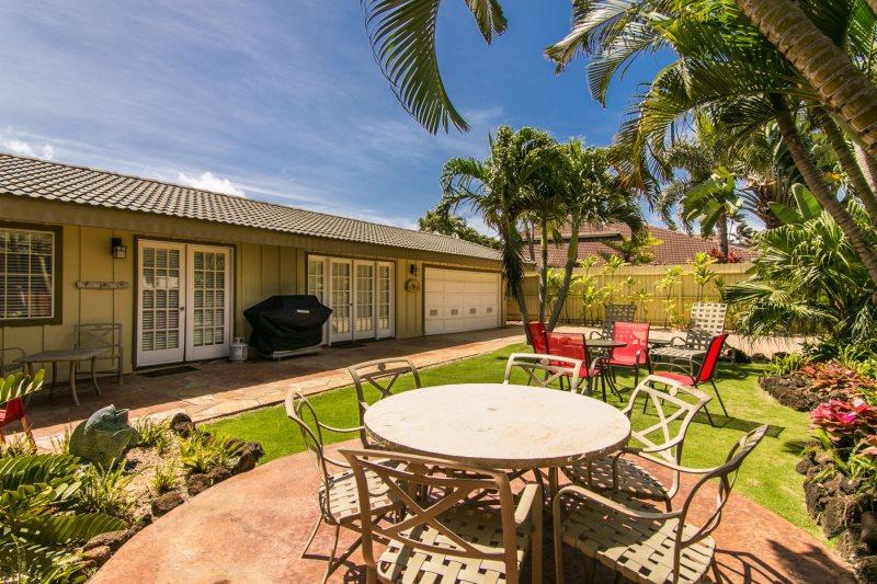 Private Front Yard Dining with BBQ - Hale Huna-4bd/3bth house with lovely interiors, tropically landscaped yard, BBQ. Short 10 min walk to beaches. - Koloa - rentals