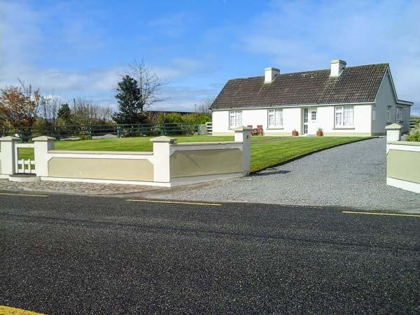 JEREMIAH'S COTTAGE, family friendly, with a garden in Killorglin, County Kerry, Ref 3924 - Image 1 - Killorglin - rentals