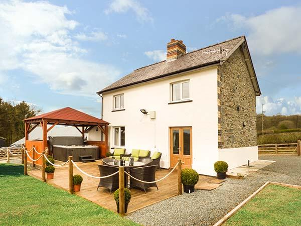 CWMCELYN, family detached farmhouse, luxury accommodation, hot tub, walks from door, near Rhayader, Ref 904887 - Image 1 - Rhayader - rentals