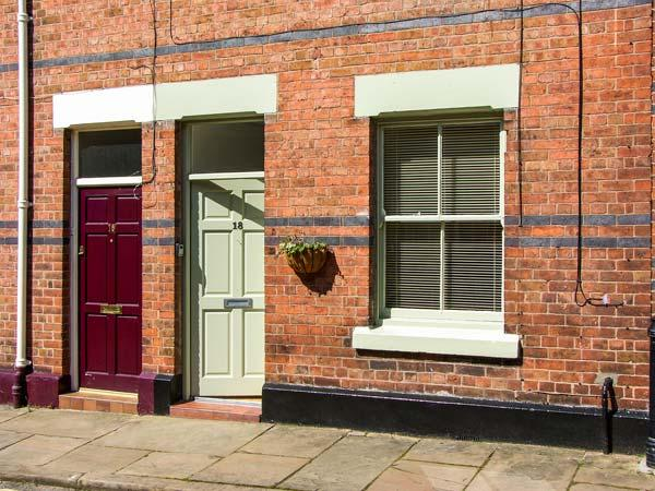 NO. 18, terraced cottage, modern accommodation, enclosed courtyard, within walking distance of city centre, in Chester, Ref 913534 - Image 1 - Chester - rentals