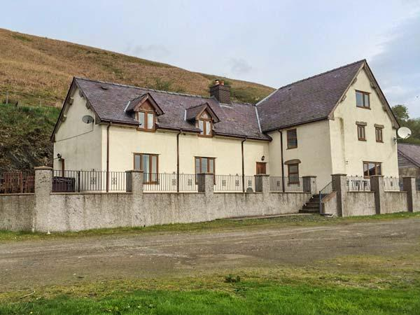 MAESGWYN, detached cottage with a woodburning stove, WiFi, hot tub, patio with furniture, near Beguildy, Ref 916684 - Image 1 - Knighton - rentals