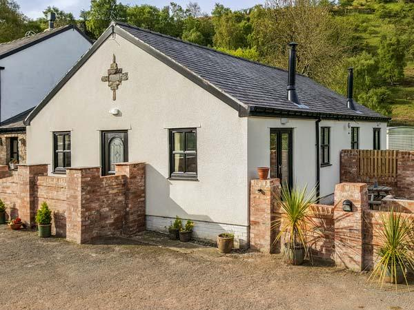 MEADOW VIEW, woodburner, private patio, pet-friendly, WiFi, nr Ruthin, Ref. 926968 - Image 1 - Ruthin - rentals
