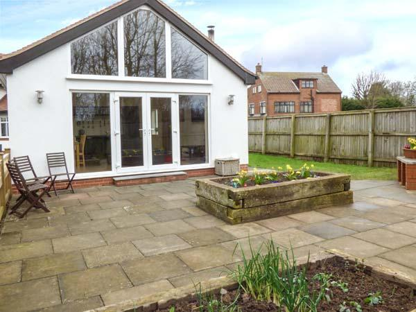 HAWTHORNDEN, pet-friendly, ten minute walk to beach, WiFi, Filey, Ref 935080 - Image 1 - Filey - rentals
