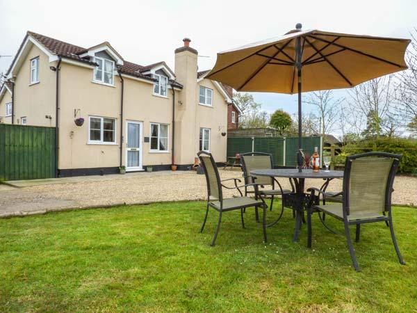 HARVEST MOON, private garden, woodburner, WiFi, near Woodbridge, Ref 936205 - Image 1 - Woodbridge - rentals