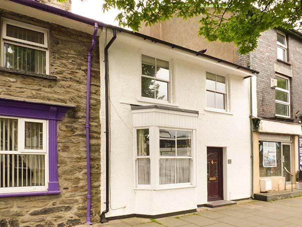 PENLLYN HOUSE, terraced, pet-friendly, enclosed courtyard, WiFi, in Bala, Ref 936104 - Image 1 - Bala - rentals