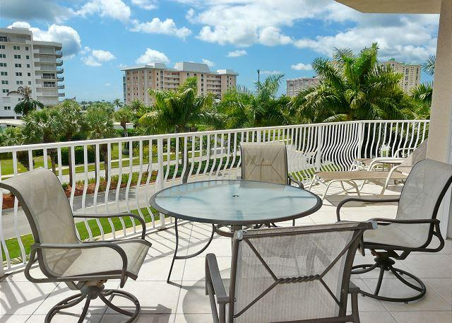 Spacious condo w/ sky views & short walk to South Beach - Image 1 - Marco Island - rentals