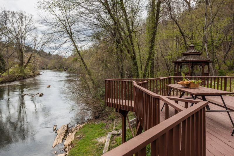 Spectacular river setting! - Nanny's Shanty - Sits right on the Toccoa River - Mineral Bluff - rentals