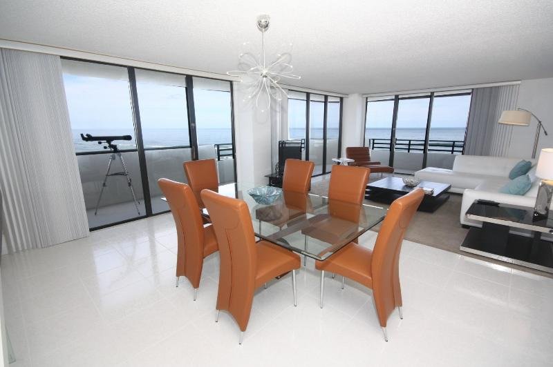 Living/Dining Area - THE PLACE YOU DREAMED ABOUT!! - Daytona Beach - rentals