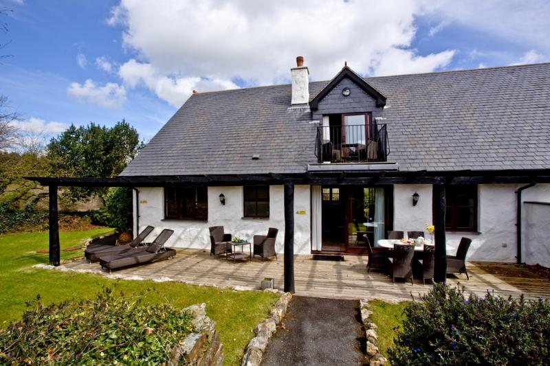 Magnolia, Woodland Retreat located in Wadebridge, Cornwall - Image 1 - Wadebridge - rentals