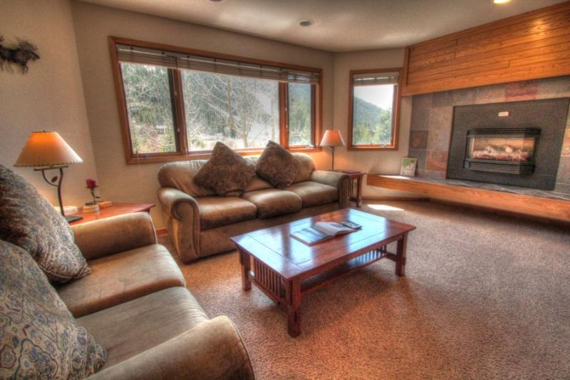 Living Room - Spacious living room featuring a roaring gas fireplace. - FFD7 Frostfire - Mountain House - Keystone - rentals