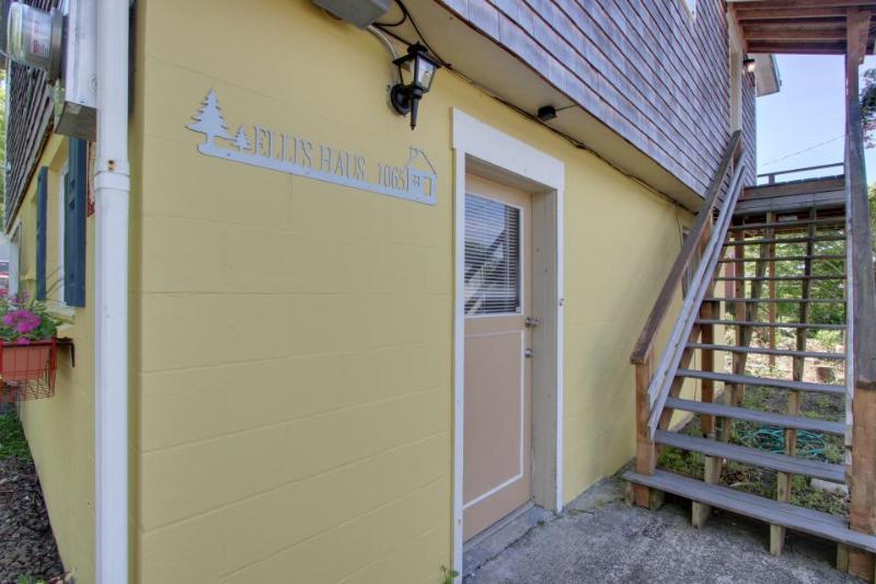 Charming, modern home w/ full kitchen, close to the beach! - Image 1 - Rockaway Beach - rentals