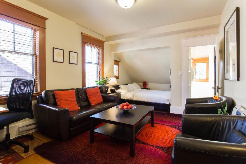The Master Bedroom - 1st Class Studio Loft in Classic Heritage Building - Vancouver - rentals