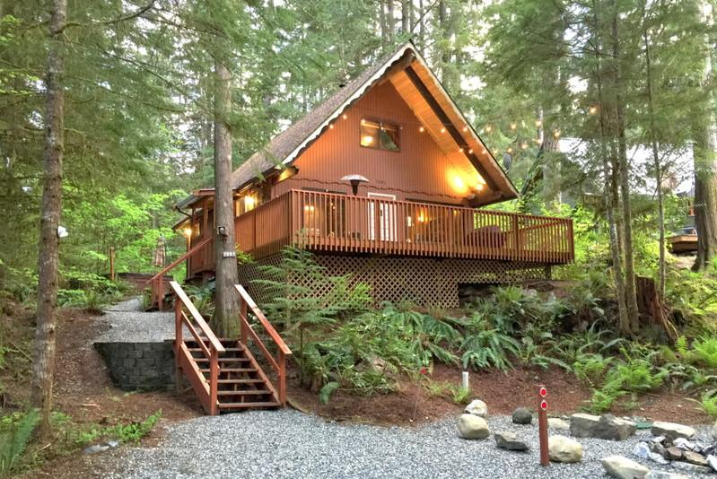 98SL - 98SL Cozy Pet Friendly Cabin with a Hot Tub and WiFi - Glacier - rentals