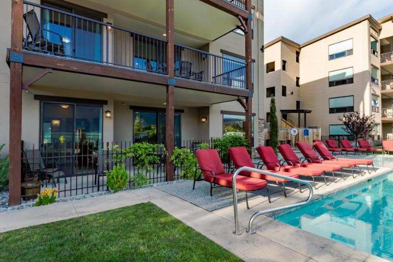 Luxury condo w/ amazing lake & mountain views and shared pool & hot tub! - Image 1 - Manson - rentals