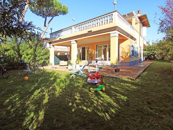6 bedroom Villa in Forte Dei Marmi, Tuscany, Italy : ref 2269863 - Image 1 - Forte Dei Marmi - rentals