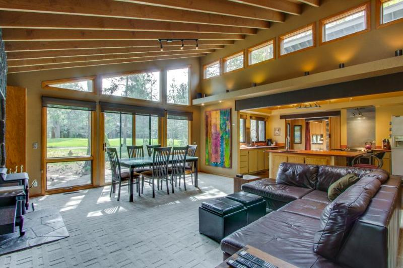 Beautiful home w/ golf course view, hot tub, SHARC passes! - Image 1 - Sunriver - rentals