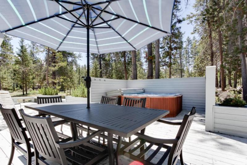 Family-friendly house w/ private hot tub and large wrap-around deck - Image 1 - Sunriver - rentals