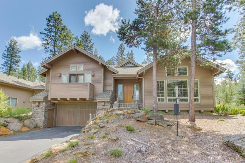 Gorgeous cabin-style home w/private hot tub, entertainment & SHARC access! - Image 1 - Sunriver - rentals
