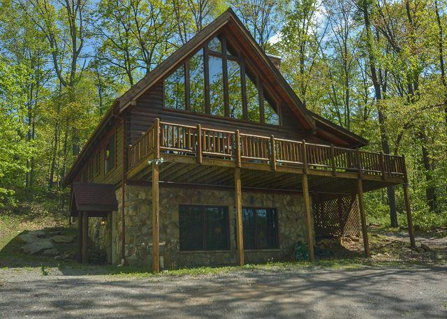 Exterior - Private & Delightful 3 Bedroom Log cabin just minutes from area activities! - McHenry - rentals