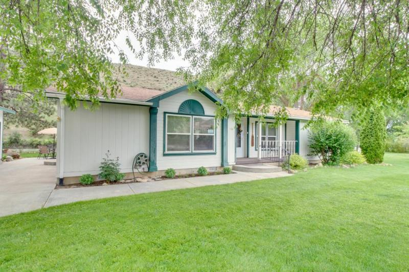 Riverfront, dog-friendly retreat with an outdoor fire pit! - Image 1 - Horseshoe Bend - rentals