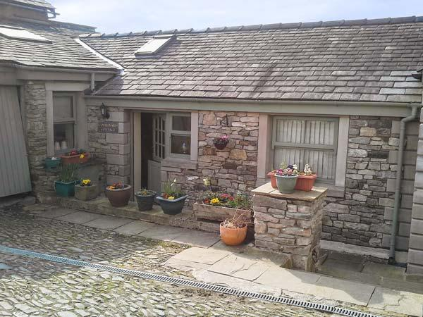 COURTYARD COTTAGE, WiFi, lawned garden, fantastic walking base, Kendal, Ref 26835 - Image 1 - Kendal - rentals