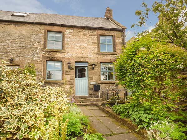 HOLLY COTTAGE, detached, woodburner, parking, terraced garden, in Bakewell, Ref 926728 - Image 1 - Bakewell - rentals