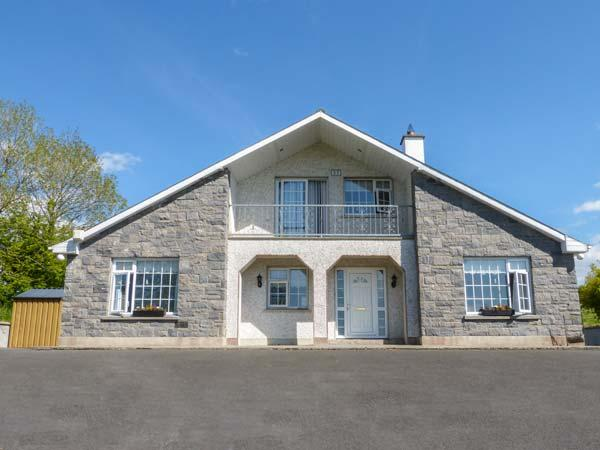 FORT COTTAGE, detached, open fire, lawned garden, four bedrooms with two en-suite, in Cootehall, Carrick-on-Shannon, Ref 928382 - Image 1 - Knockvicar - rentals