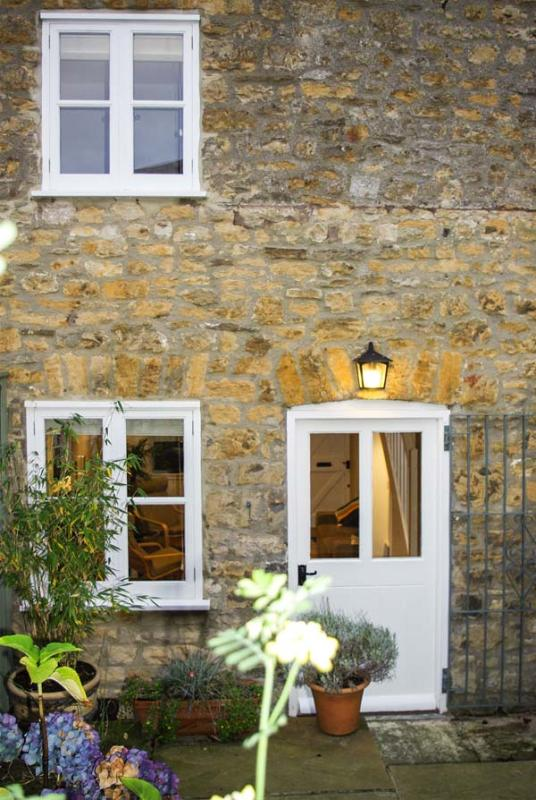 UPGRENE, WiFi, close to amenities, courtyard garden, Sherborne, Ref 932959 - Image 1 - Sherborne - rentals