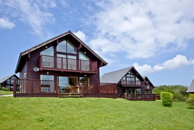 Cedar Lodge, Retallack located in St Columb, Cornwall - Image 1 - Winnard's Perch - rentals