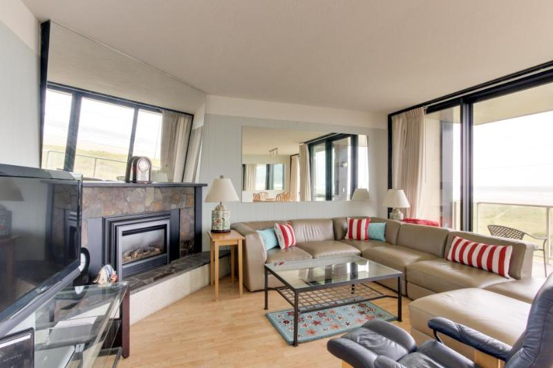 Lovely oceanfront condo with easy beach access, shared pool & sauna. Dogs ok! - Image 1 - Seaside - rentals