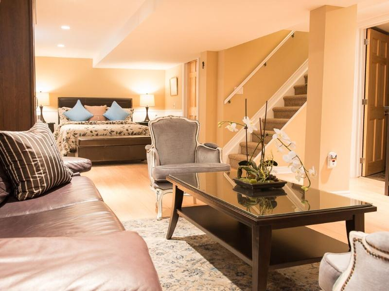 Come relax in your private suite! - New! , modern decor 3 bedroom, 2 bath-private yard - Niagara-on-the-Lake - rentals