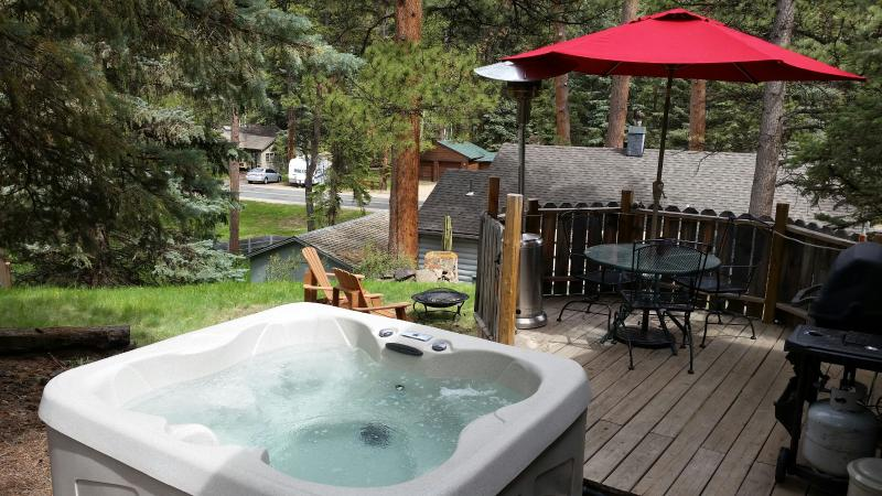 """Your own private hot tub! Wild Bear Cabin - Privacy, HOT TUB, Rocky Mountain""""VIBE"""" YMCA,Hiking - Estes Park - rentals"""