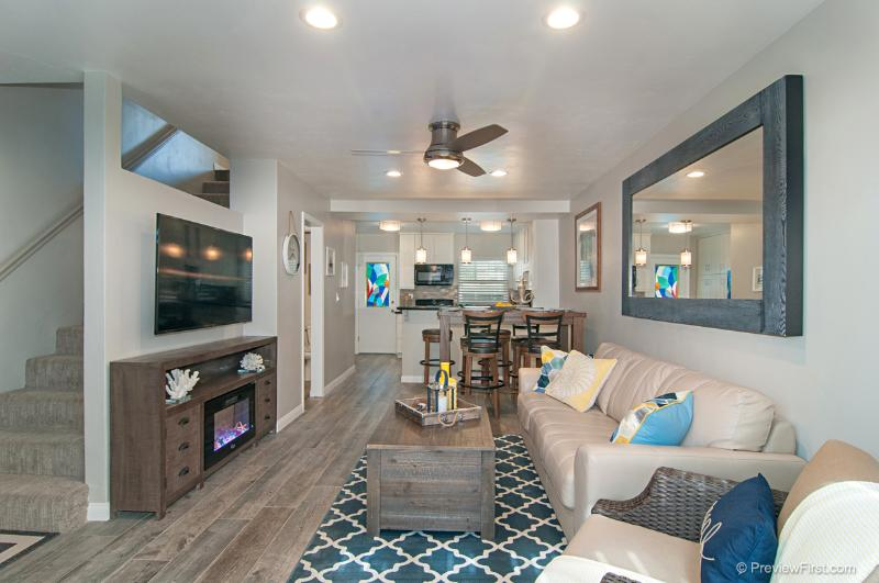 Gorgeous living room with huge flat screen, ample seating - SAIL BAY SPLENDOR - San Diego - rentals